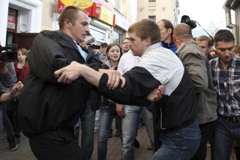 Unos policías de paisano detienen a un hombre en el centro de Minsk, Bielorrusia. | Efe