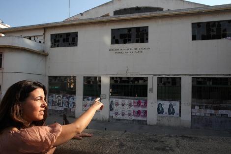 La delegada del distrito Nervión, Mª Eugenia Romero, frente al mercado.   EM