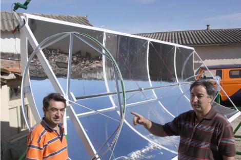 Antonio Román y Pedro Pérez enseñan el concentrador solar. | M. Brágimo
