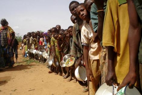 Un grupo de niños espera recibir ración de alimentos.   Efe