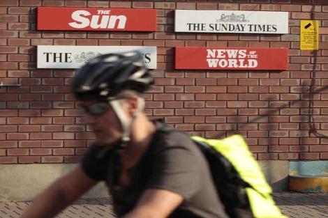 Una ciclista pasa junto a la sede del diario en el Este de Londres. | Reuters