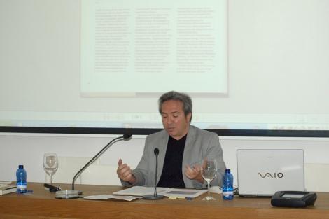 El director del seminario, Alberto Ruiz de Samaniego, durante el mismo.