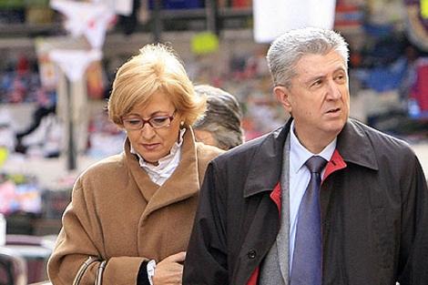Vicente Sanz, junto a su esposa, acude a declarar ante el juez.