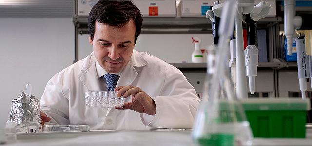 José Ramón Alonso en el laboratorio de Neurociencias de Castilla y León. | E. Carrascal