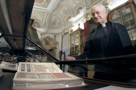 El deán de la catedral José María Díaz, junto a una edición facsímil del Códice. | Efe