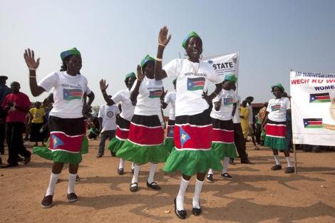 Bailarinas sudanesas se preparan para la celebración de la independencia. | Ap