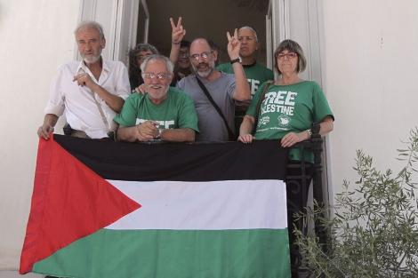 Activistas encerrado en la embajada de España en Atenas. | Efe