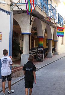 Una calle en la zona gay de Benidorm.   L.H.
