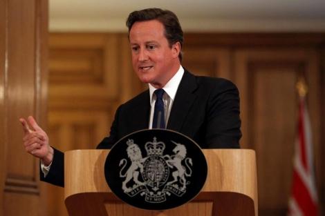 David Cameron, durante la rueda de prensa donde ha anunciado las investigaciones.   Afp