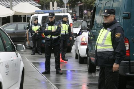 Control policial en el centro de Santiago, este viernes.   Efe