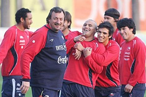 Bonini bromea con los jugadores durante un entrenamiento de Chile.