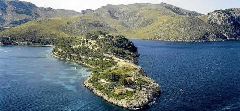 Punta Avançada con el faro en primer término y el recinto de Sa Fortalessa detrás.