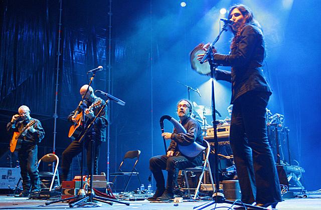 Un momento de la actuación de la banda Luar Na Lubre, en el Festival de Ortigueira. | Efe