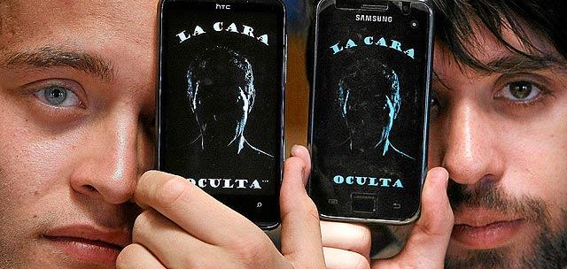 Rubén Infante y Ángel Grande son los creadores de 'La cara oculta', thriller policiaco válido para ser disfrutado por todo tipo de público pero adaptado para invidentes a través del teléfono móvil de Windows Phone 7. | Foto: Enrique Carrascal