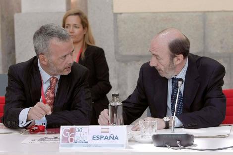 Camacho y Rubalcaba (dcha.) durante la reunión de titulares de Interior del G-6. | Efe