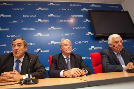 El presidente de la CEOE, J. Rosell; el de la CEA, S. Herrero, y el de la CECO, L. Carreto.   Madero Cubero