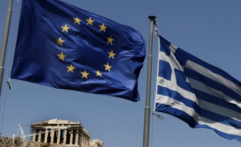 Banderas de Grecia y la UE con el Partenón de fondo. | AP