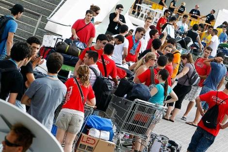 Un nutrido grupo de campuseros, al llegar a la campus party.   José Cuéllar