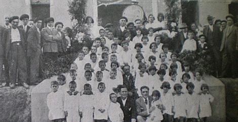 Alumnos y vecinos en la escuela de San Miguel de Reinante (1932). | Consello da Cultura Galega