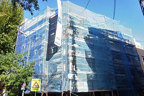 Fachada de un edificio de viviendas en obras. | Mónica Tragacete