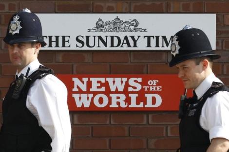 Policías en la entrada de News International en Londres. I Reuters