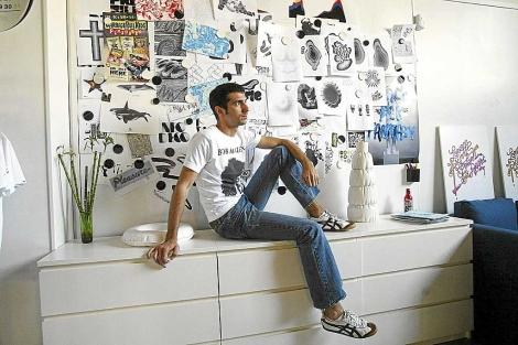 Alex Trochut posa con varios de sus trabajos de fondo. | Domènec Umbert