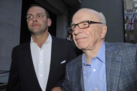 James y Rupert Murdoch, camino de su casa de Londres, el pasado 10 de julio. | Efe