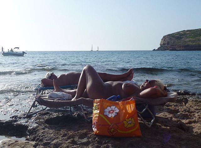 Dos nudistas disfrutando de una jornada de playa. | El Mundo