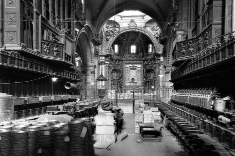 La Catedral de Valencia transformada en almacén durante la Guerra Civil. | Estudio Sanchis-Revista Catedral de Valencia