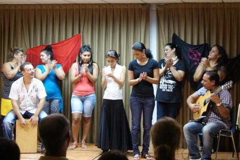 Jóvenes artistas de las Tres Mil Viviendas actúan para los turistas. | E.M.