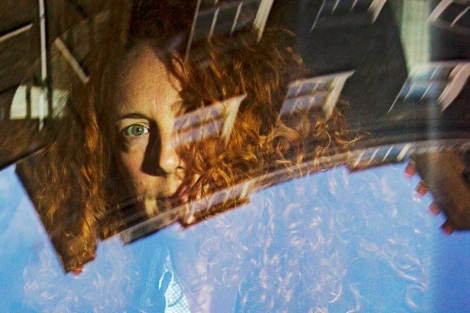 Rebekah Brooks tras el cristal de un coche.| Reuters