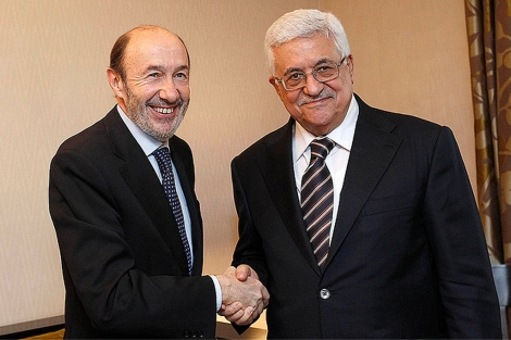 Saludo entre Alfredo P. Rubalcaba y Abu Mazen en su reunión en Madrid.