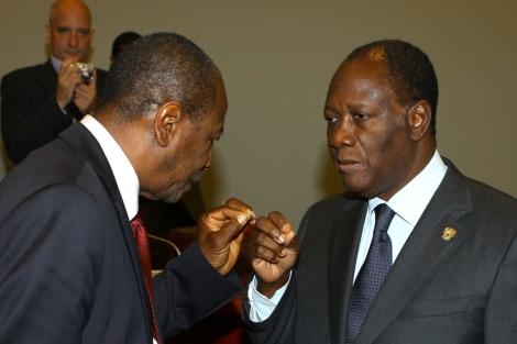 El presidente de Guinea, Alpha Conde (i.), con su homólogo de Costa de Marfil. | Afp