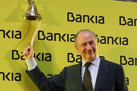 Rodrigo Rato, presidente de Bankia, en el simbólico toque de campana que marca el estreno bursátil de la entidad, en la Bolsa de Madrid.   Efe
