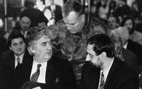 Radovan Karadzic (izq.), acompañado de Mladic (centro) y Hadzic (d.), en foto de archivo, | AP