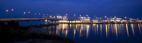 Imagen nocturna del puerto de Algeciras. | Greenpeace