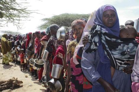 Refugiadas etíopes hacen cola para recibir comida.| Efe