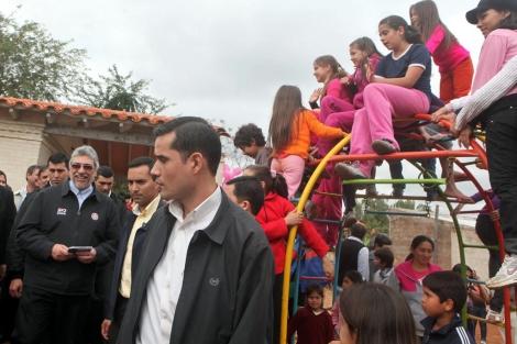 El presidente Lugo durante la entrega de las 30 viviendas.   Efe