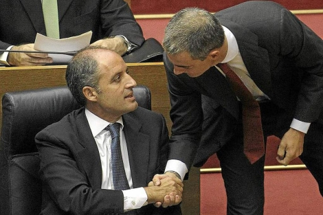 Francisco Camps y Ricardo Costa se estrechan la mano en las Cortes | José Cuéllar