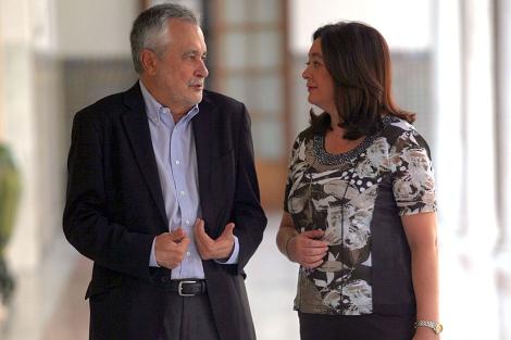 Griñán y Mar Moreno dialogan en los pasillos del Parlamento antes de la sesión plenaria. | J. Morón
