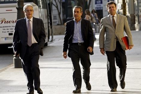 El ex vicepresidente Víctor Campos, entre sus abogados, ayer, en Valencia.   Efe