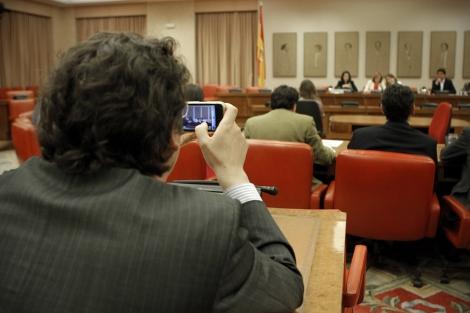 Carlos Cuadros, de espaldas, fotografía a González-Sinde durante su última comparecencia parlamentaria. | A. Di Lolli