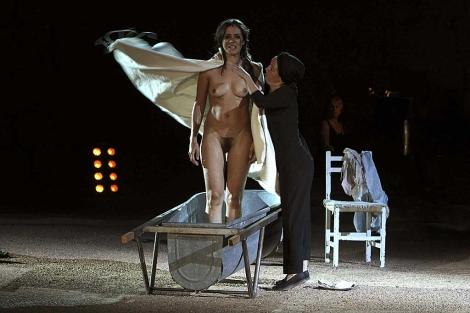 Anna Allen, en el papel de Antígona, durante el estreno.   Jero Morales