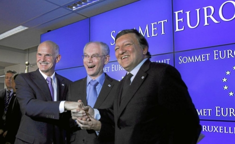 El primer ministro griego, Yiorgos Papandreu (i), el presidente del Consejo Europeo, Herman Van Rompuy (c), y el el presidente de la Comisión Europea, José Manuel Durao Barroso. | Ap