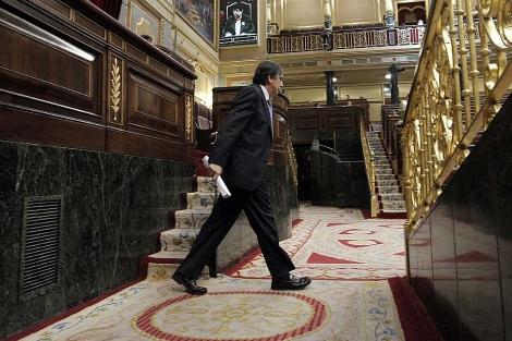 Valeriano Gómez, ministro de Trabajo, se dirige a la tribuna de oradores. | Efe