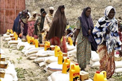 Mujeres desplazadas del sur de Somalia recibe ayuda en Mogadisu. | Afp