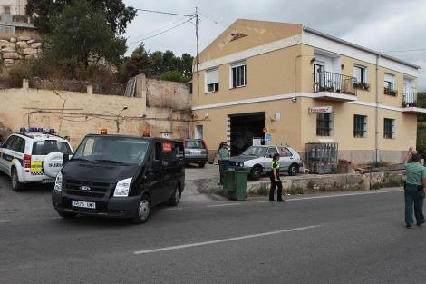 Los servicios funerarios retiran los cuerpos hallados en esta vivienda de Polop. | Leslie Hevesi