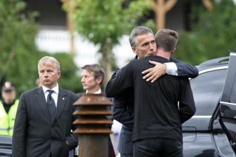 El primer ministro, Jens Stoltenberg, abraza a un joven superviviente de la matanza. | Reuters
