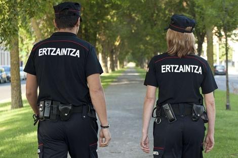 Los nuevos uniformes lucen la palabra 'Ertzaintza' en la espalda. | Irekia