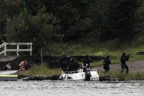 Agentes de la Policía llegando a la isla el mismo día del tiroteo. | Afp